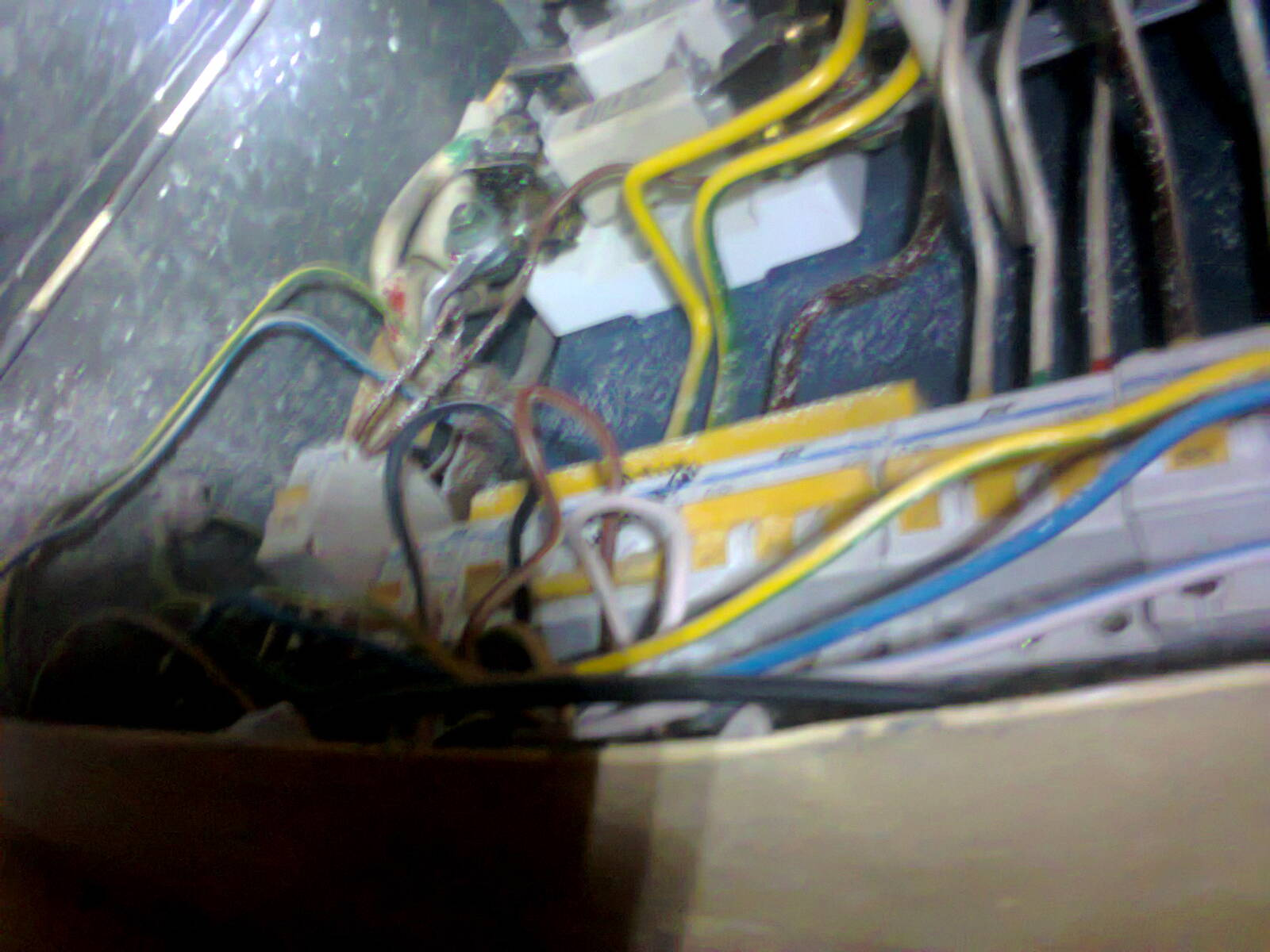 Срочный вызов электрика аварийной службы по поводу отсутствия электричества в кафе