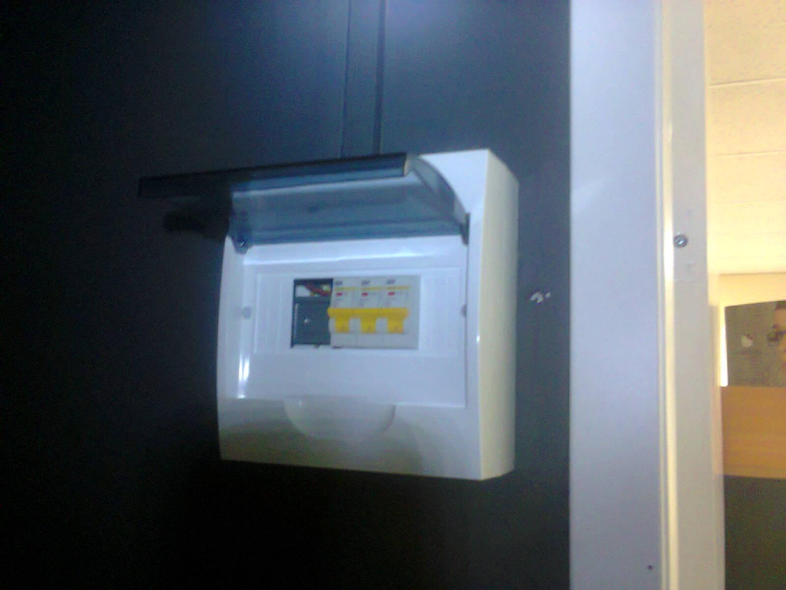 Срочный вызов электрика аварийной службы в кафетерий из-за короткого замыкания в патроне лампы Эдисона