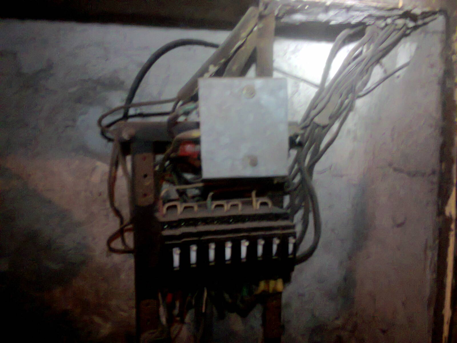 Срочный вызов электрика в кафетерий из-за короткого замыкания в патроне лампы Эдисона