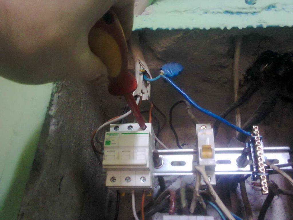 Срочный вызов электрика с целью возобновления электроснабжения мини-отеля