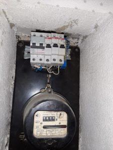 Срочный вызов электрика в квартиру из-за короткого замыкания в холодильнике