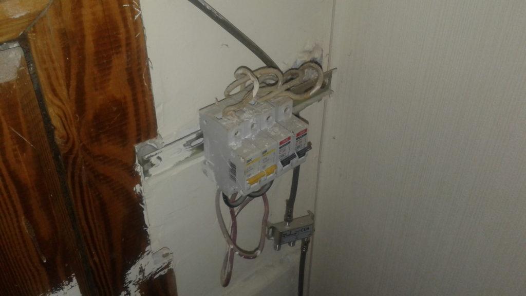 Вызов электрика аварийной службы в квартиру из-за неработающей люстры