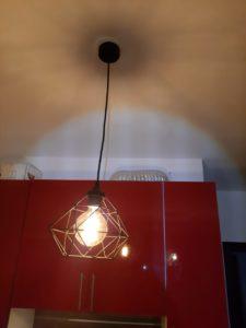 Срочный вызов электрика аварийной службы в квартиру-студию после короткого замыкания при установке светильника