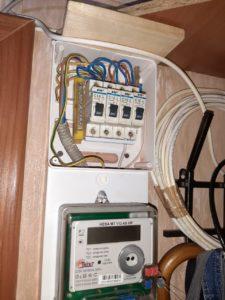 Срочный вызов электрика в квартиру после короткого замыкания в удлинителе