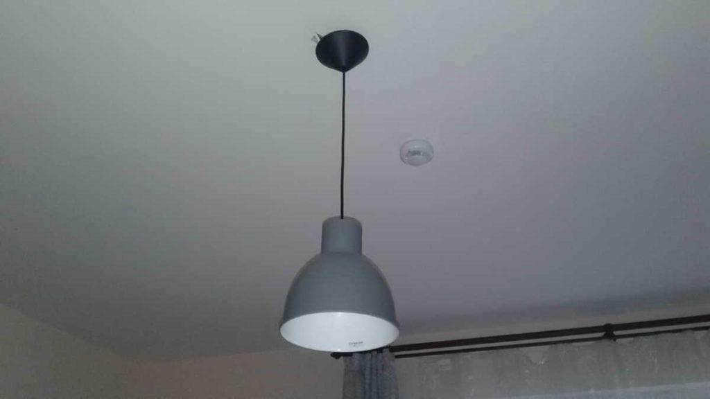 Вызов электрика в квартиру-студию для извлечения застрявшего в патроне цоколя лампы накаливания