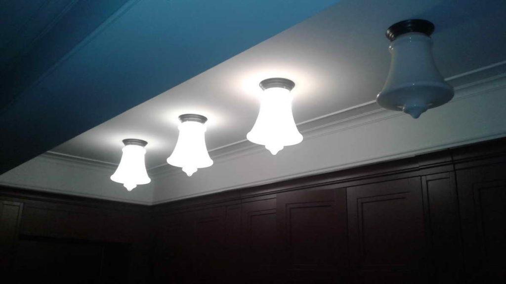Фото 16. Заявка на срочный вызов электрика была подана не зря — свет в квартире появился! В прихожей включились все светильники, кроме одного — крайнего справа. Вероятно, в этом осветительном приборе какое-то время назад перегорела лампа, но её никто не заменил.