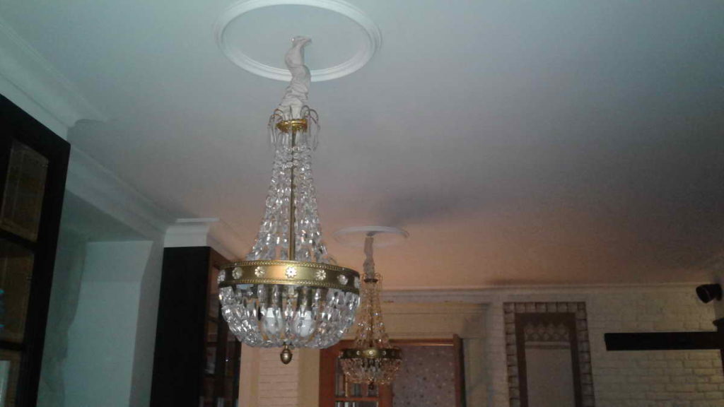 Срочный вызов электрика в квартиру после короткого замыкания в настольной лампе