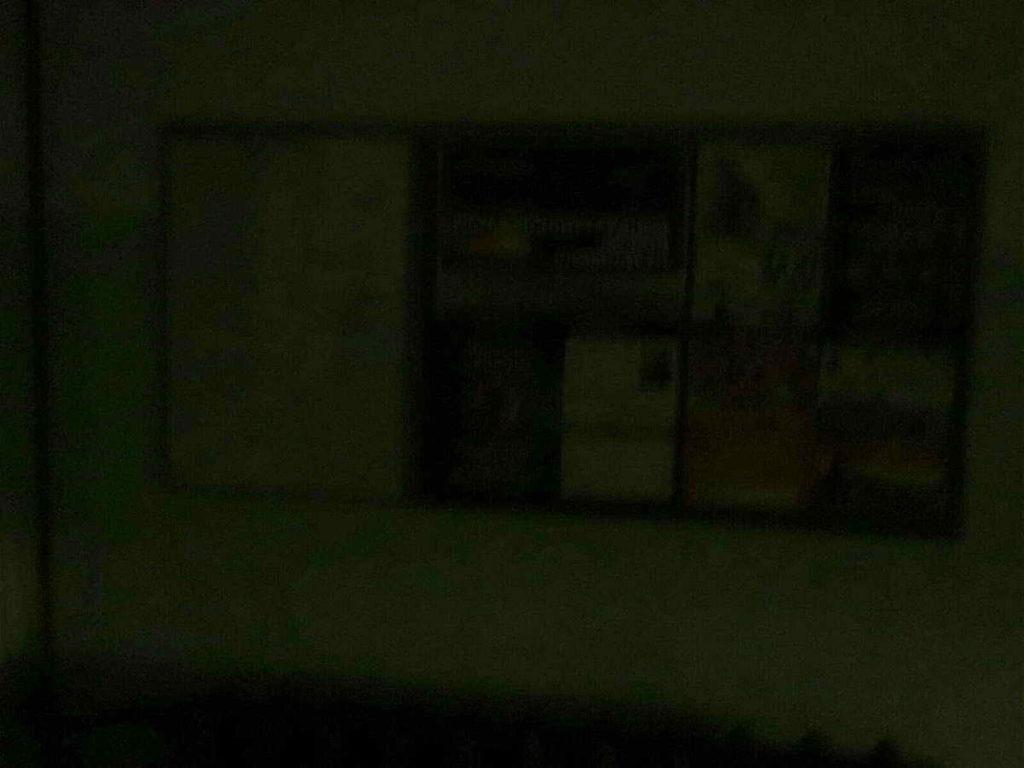 Демонтаж кухонного подвесного светильника в квартире с целью предотвращения короткого замыкания из-за протечки