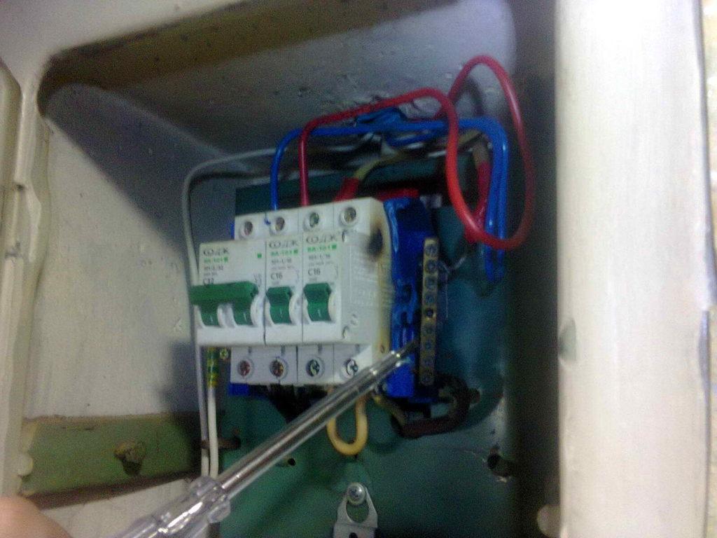 Срочный вызов электрика в квартиру из-за отключения электричества и подгорания нулевой шины