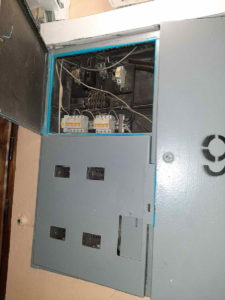 Срочный вызов аварийного электрика с целью возобновления электроснабжения квартиры после тщетного ожидания представителей другой организации